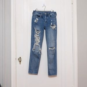 AE Light Wash Tomgirl Distressed Jeans